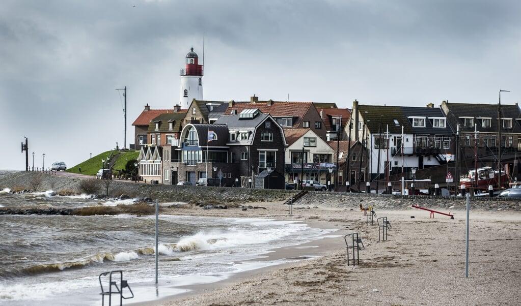 Zicht op Urk vanaf de IJsselmeerkust. De rebelsheid in het dorp gaat dwars door generaties heen. En als heel Nederland een mening mag hebben, waarom dan de mensen hier niet?   (beeld anp / Vincent Jannink)
