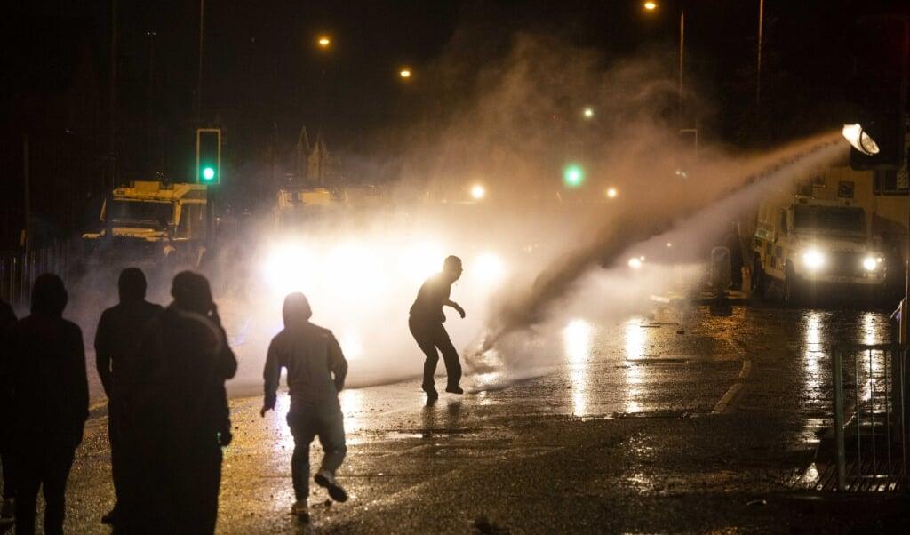 Het Noord-Ierse Belfast beleefde de afgelopen tijd veel onrustige nachten.  (beeld epa / Mark Marlow)