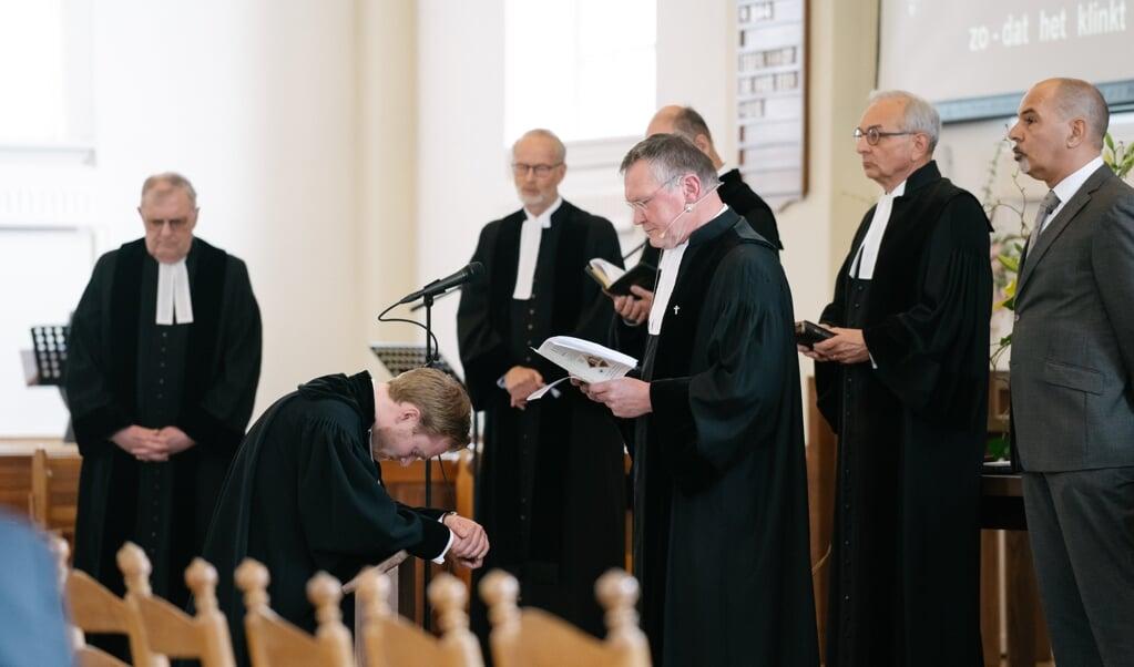 Inzegening Nick de Graaf als predikant, 11 april 2021. Rechts dominee Robert van Hornsveld van de Gereformeerde Kerk.  (beeld Wouter Muskee)