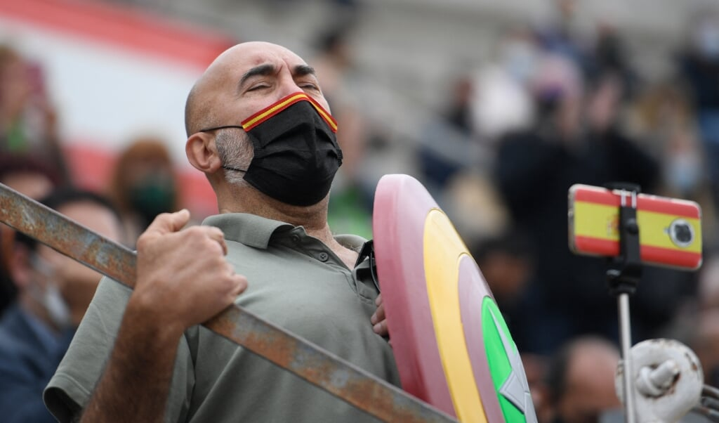 Aanhanger van de ultrarechtse partij Vox tijdens een campagnebijeenkomst in een arena voor stierengevechten.  (beeld afp / Oscar del Pozo)
