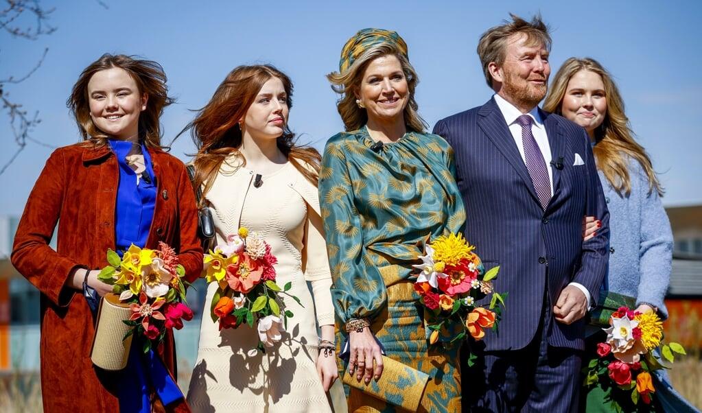 Koning Willem-Alexander en koningin Máxima samen met hun dochters Ariane, Alexia en Amalia. Het koninklijk gezin bezoekt tijdens de achtste editie van Koningsdag de High Tech Campus.  (beeld anp / Royal Images Koen van Weel)
