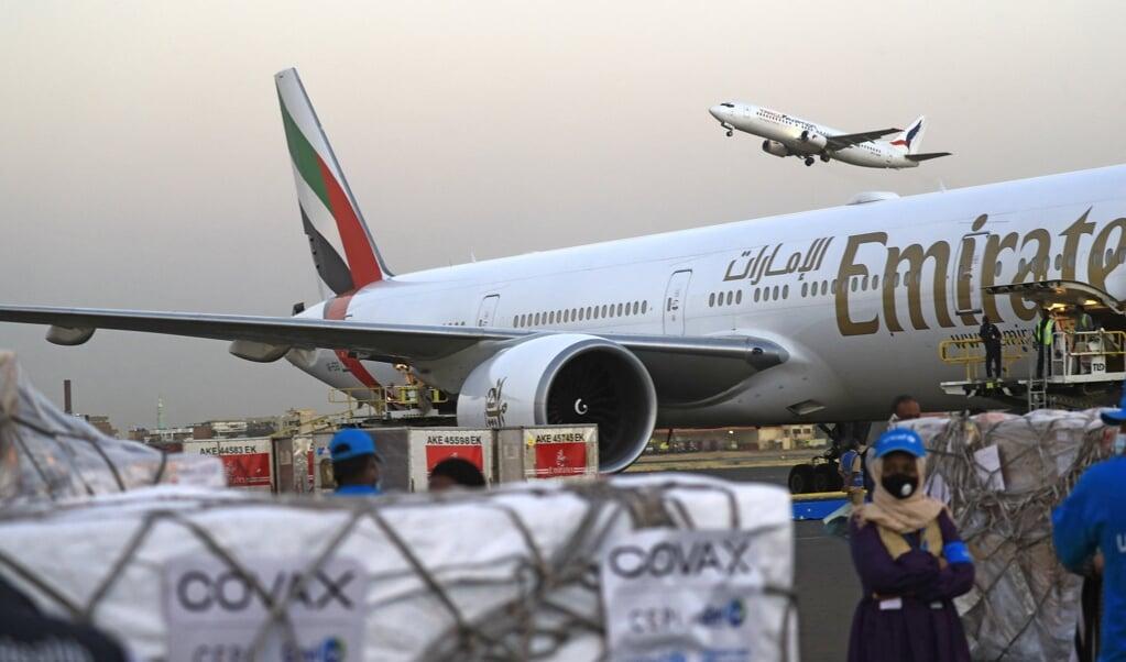 Een vracht AstraZeneca-vaccins  komt aan op het vliegveld van de Sudanese hoofdstad Khartoem. De vaccins zijn aangevoerd door de Verenigde Naties en bedoeld voor werkers in de gezondheidszorg.  (beeld afp / Ashraf Shazly)