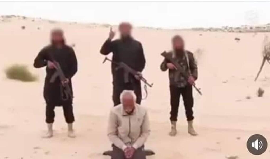 Beeld uit de door IS verspreide video met Nabil Habashi Khadim vlak voor zijn dood.  (beeld facebook)