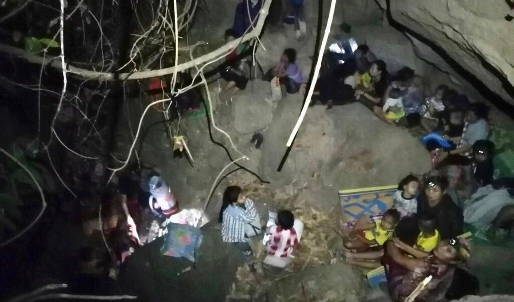Burgers graven schuilplaatsen tussen rotsen en grote bomen  (beeld Free Burma Rangers)