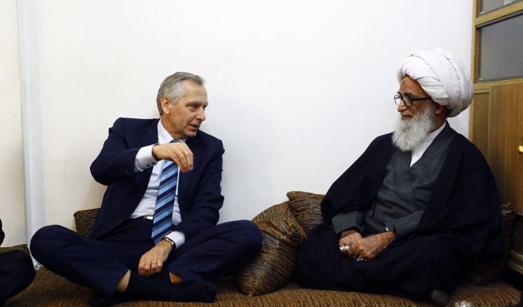 Tot 2019 was Slowaak Jan Figel (hier in gesprek met een Iraakse sjeik) de EU-gezant voor godsdienstvrijheid. De functie is nu vacant. 'De EU moet haar economische marktmacht gebruiken ten behoeve van onder meer geloofsvrijheid.'  (beeld afp / Haidar Hamdani)
