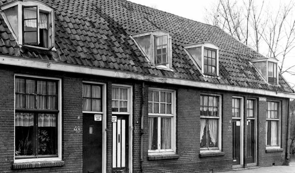 In het huis rechts, Walikerstraat 54 in Amersfoort, woonde Nathan Hilversum. De huizen werden in 1967 afgebroken.  (beeld Flehite Jaarboek / Archief Eemland)