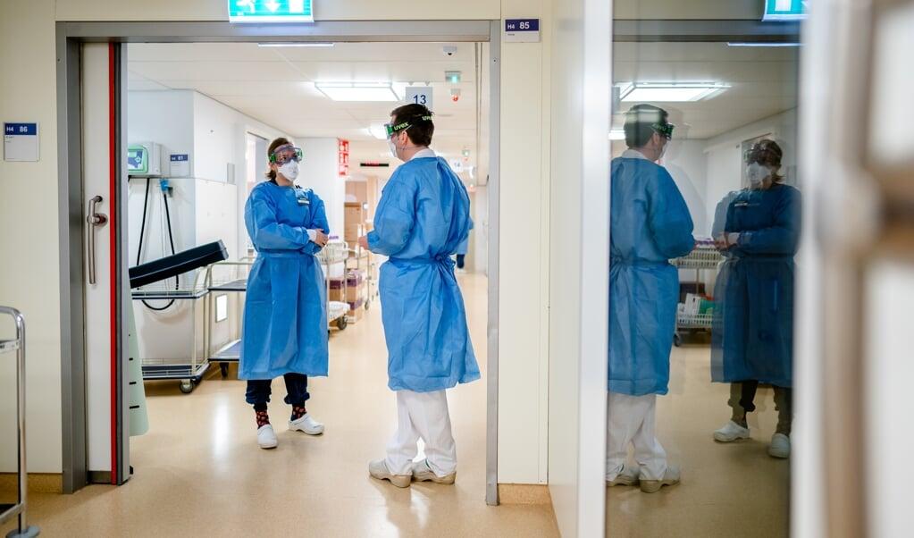 Medewerkers op de speciale Covid-IC afdeling in het Leids Universitair Medisch Centrum (LUMC).  (beeld anp Bart Maat)