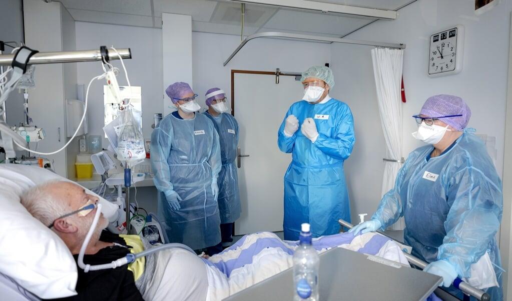 Koning Willem-Alexander bracht dinsdagochtend een bezoek aan het Van Weel-Bethesda Ziekenhuis in Dirksland.   (beeld anp / Robin van Lonkhuijsen)