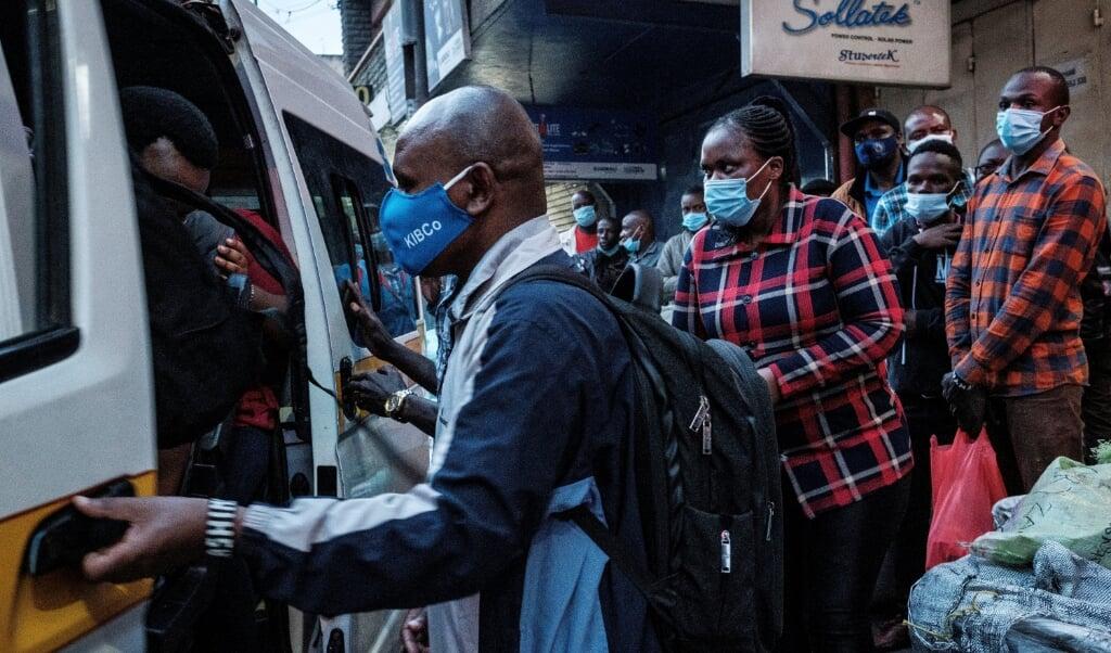 Vanwege de lockdown zijn de busprijzen vertienvoudigd, waardoor het voor sommige mensen onbetaalbaar wordt om naar de andere kant van de stad te reizen voor hun medicijnen.  (beeld afp / Yasuyoshi Chiba)