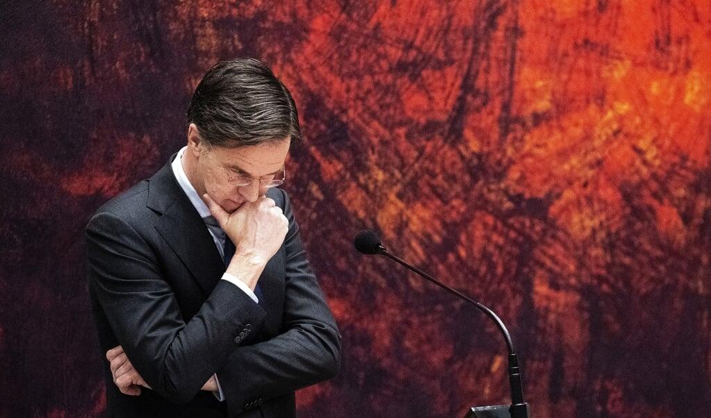 Een groot deel van de Tweede Kamer vindt het ongeloofwaardig dat zowel VVD-leider Rutte als de ex-verkenners zich niet herinneren dat de positie van CDA'er Pieter Omtzigt door hen werd besproken. Rechtsboven ex-verkenner Ollongren. Rechtsonder CDA-leider Hoekstra, die zei dat de politiek 'voor aap staat'.  (beeld anp / Bart Maat)