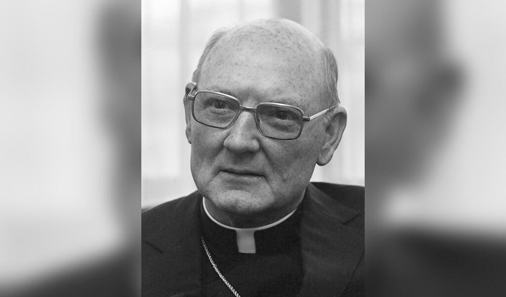 Edward Cassidy bij zijn aankomst op Schiphol als nieuwe pauselijke nuntius in Den Haag.  (beeld wikipedia)