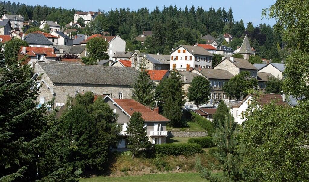 De gereformeerde kerk (rechts) in het van oorsprong protestantse Franse dorpje Chambon-sur-Lignon in de Haute-Loire (Zuid-Frankrijk). Het Franse protestantisme verschuift steeds meer van het platteland naar de steden.  (beeld afp / Jean-Philippe Ksiazek)