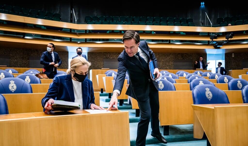 Sigrid Kaag (D66) en Mark Rutte (VVD) voor aanvang van het debat over het aanwijzen van en opdracht verlenen aan een informateur.   (beeld anp / Bart Maat)