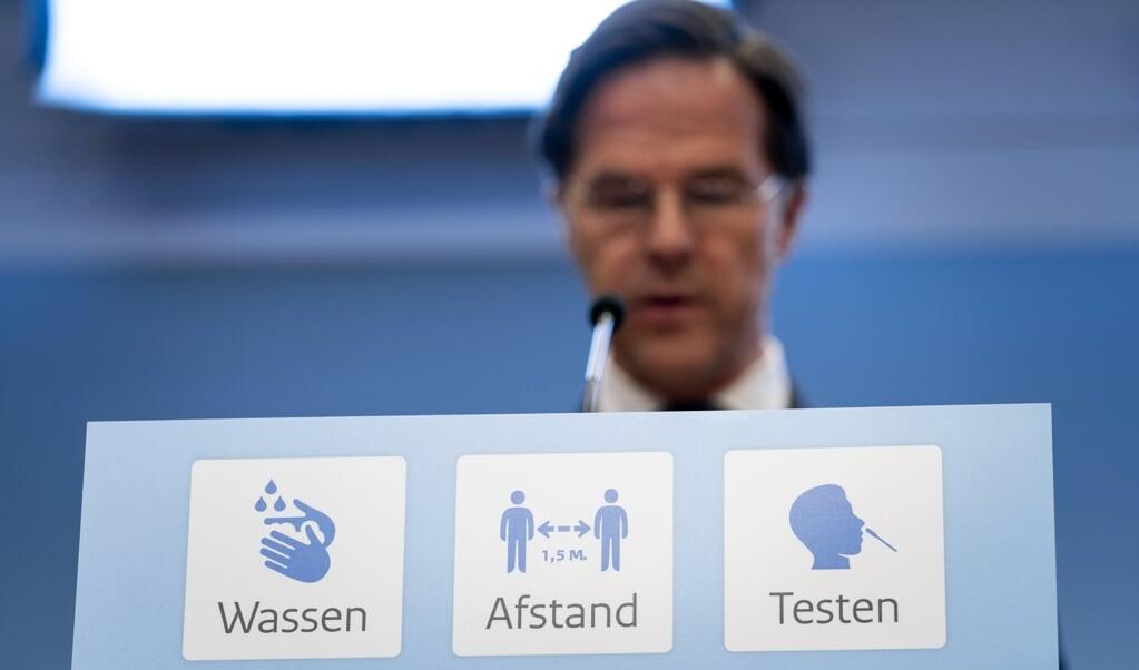 Een bord met daarop de basisregels tegen de verspreiding van het coronavirus bij de persconferentie van demissionair premier Mark Rutte en demissionair minister Hugo de Jonge (Volksgezondheid, Welzijn en Sport). Vooraf is aangekondigd dat er geen versoepelingen zullen plaatsvinden.  (beeld anp / Bart Maat)