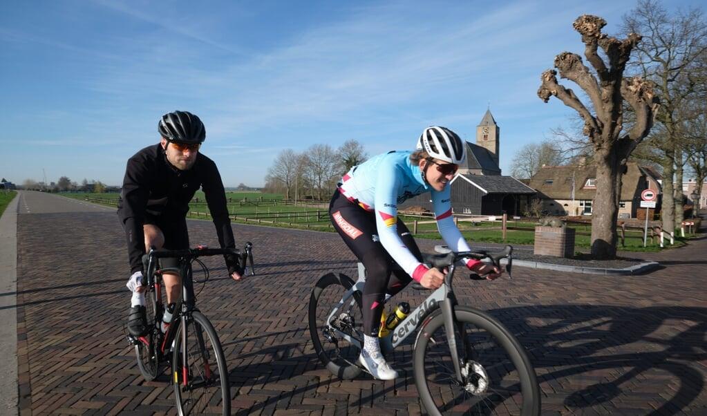 Bas Tietema (r.), wielrenner en youtuber fietst een rondje met redacteur Harm Bosma.  (beeld Dick Vos)