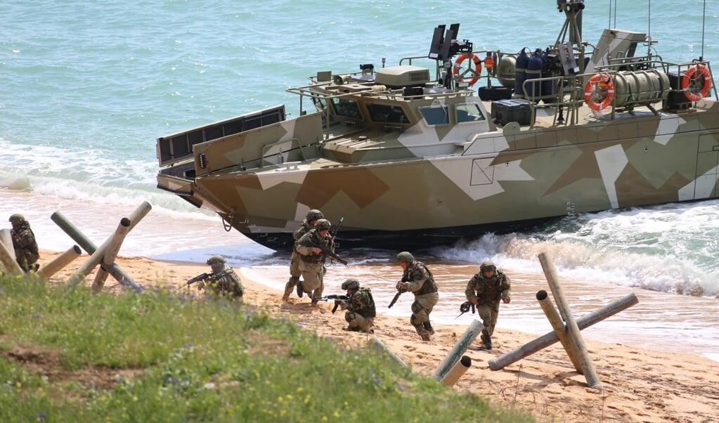 Russische troepen oefenen in de Krim. Rusland gaat vrijdag troepen terughalen die de spanningen met het Westen hebben verergerd.  (beeld afp / Vadim Savitsky)