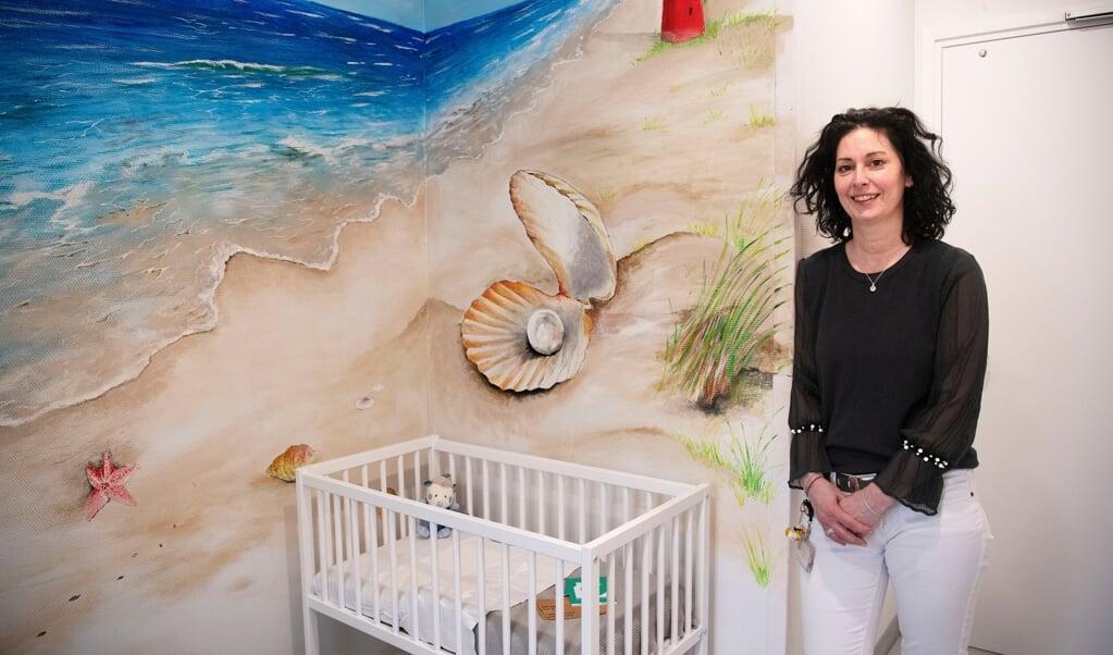 Suzan Ernst in de vondelingenkamer in Den Helder.  (beeld Guus Dubbelman)