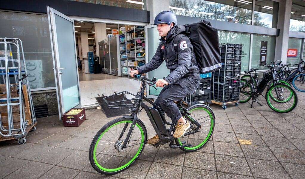 Luc van Emmerik zit in het management van Gorillas Nederland, maar bezorgt zelf ook boodschappen per fiets.  (beeld raymond rutting)