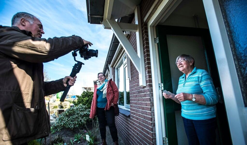 Filmpjes maken voor de onlinedienst; zo probeert voorganger Jolanda Aantjes (midden) de onderlinge betrokkenheid vast te houden.  (beeld Carel Schutte)