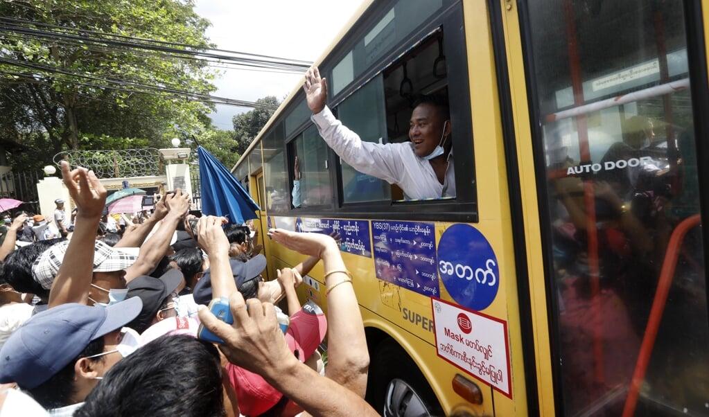Vrijgelaten gevangenen begroeten in Yangon hun familie.   (beeld epa)