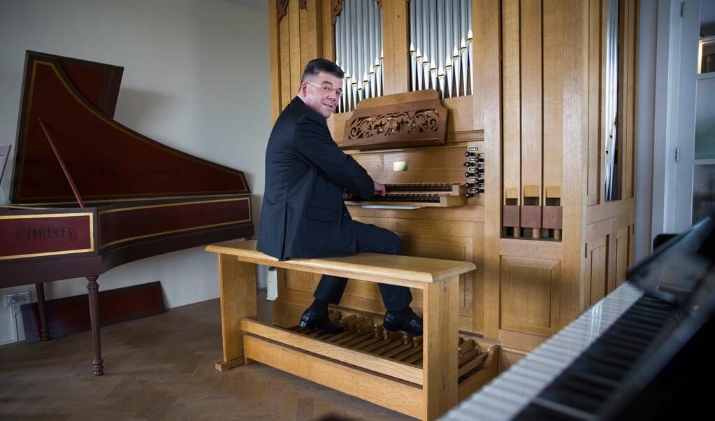 Gert Jan Baan heeft zelf thuis een orgel en een klavecimbel om Bach te spelen.  (beeld Arie Kievit)