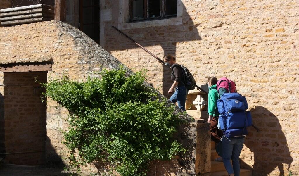 Studenten komen aan in een leeg Taizé.  (beeld Taizé)