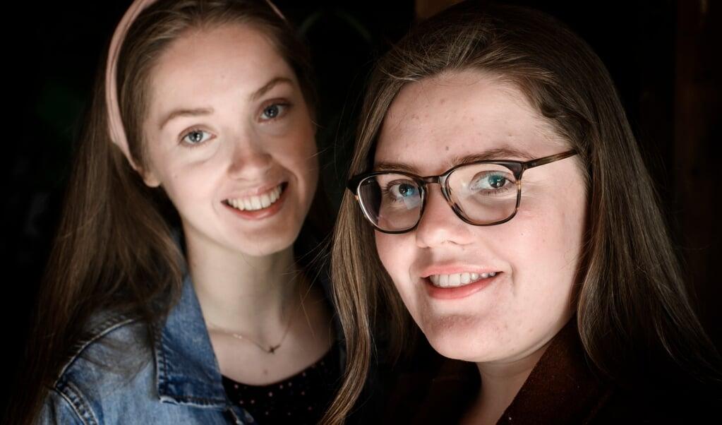 De zussen Tabitha (l.) en Maria Piet wonen samen in een appartement in Groningen.   (beeld Duncan Wijting)