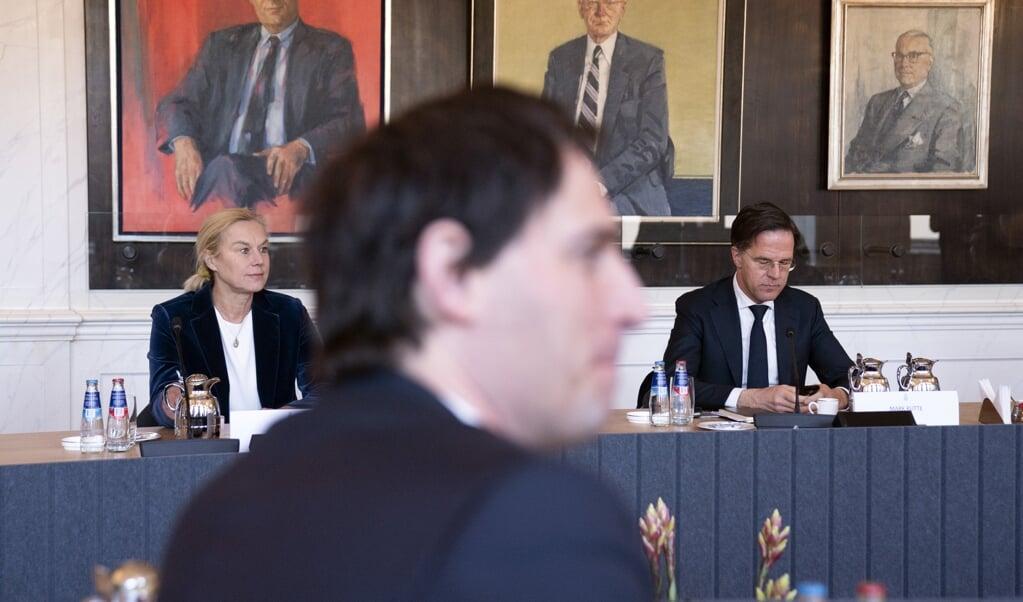 Alleen minister Sigrid Kaag (links) had 'minder moeite' met coalitiepartijen die zich 'openlijk afzetten' tegen het kabinet. 'Het is immers in een democratie een gezond teken dat er fel wordt gedebatteerd'.  (beeld anp / Bart Maat)