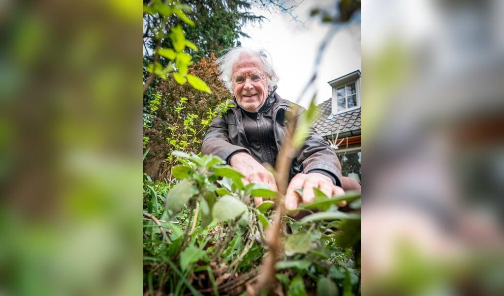 'Voedselfilosoof' Michiel Korthals in zijn tuin in Laren.  (beeld Jeroen Jumelet)