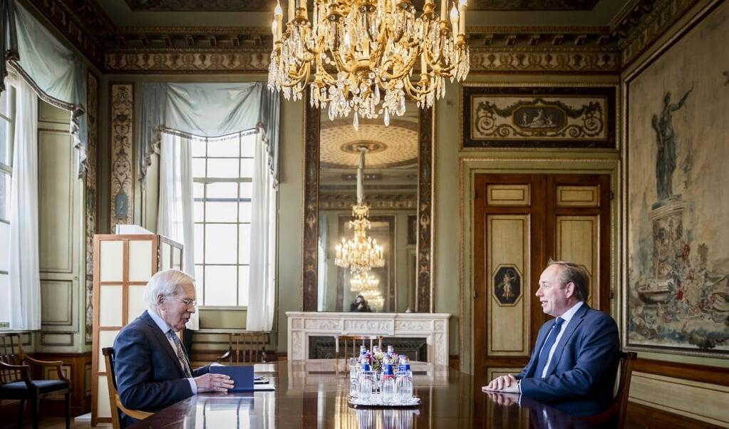 SGP-fractievoorzitter Kees van der Staaij in gesprek met informateur Herman Tjeenk Willink.  (beeld anp / Remko de Waal)