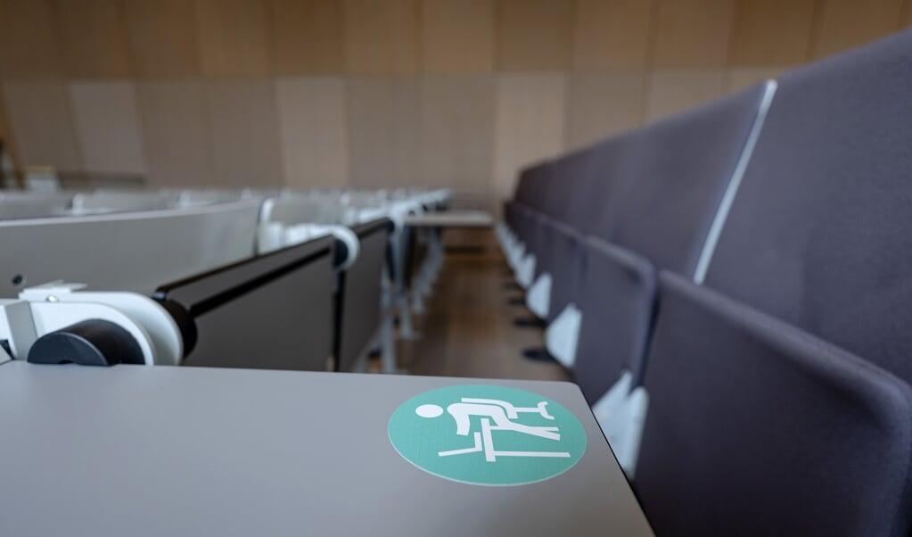 Een lege collegezaal, met coronamaatregelen van de Universiteit Utrecht. Het hoger onderwijs gaat voorzichtig weer open.  (beeld anp / Robin van Lonkhuijsen)
