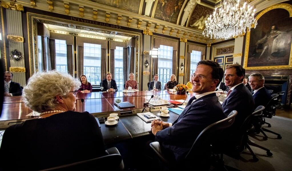 Premier Mark Rutte zit in 2017 de eerste ministerraad van het kabinet-Rutte III voor in de Trêveszaal op het Binnenhof.  (beeld anp / Jerry Lampen)