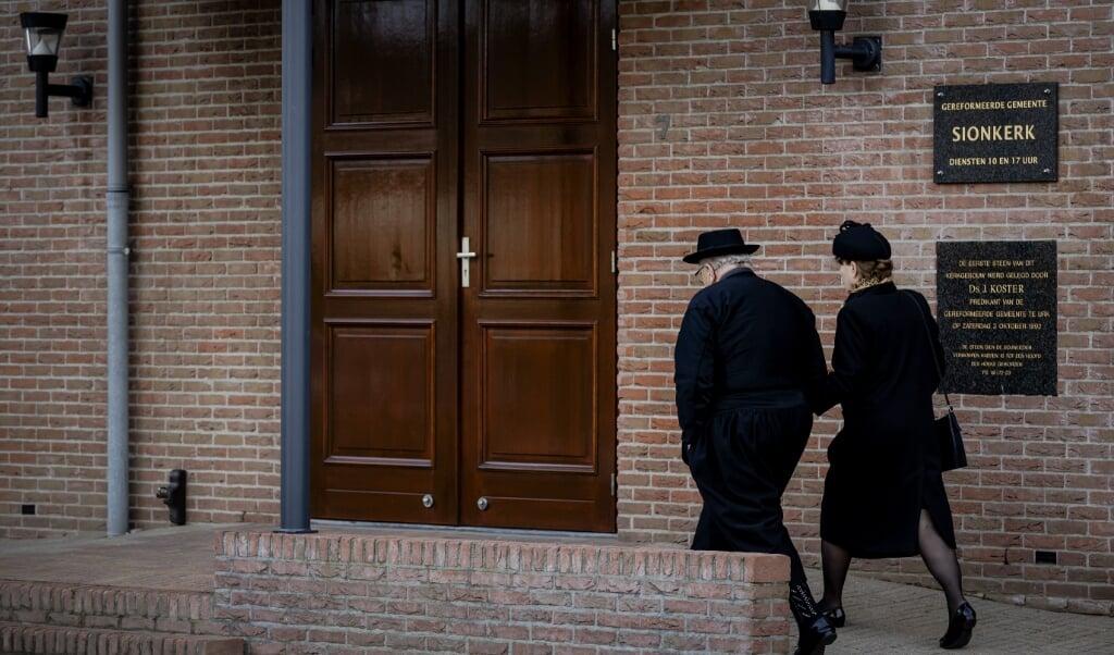'Refokerken, mijn zegen heb je.'  kerkgangers bij de Sionkerk op Urk.  (beeld anp)