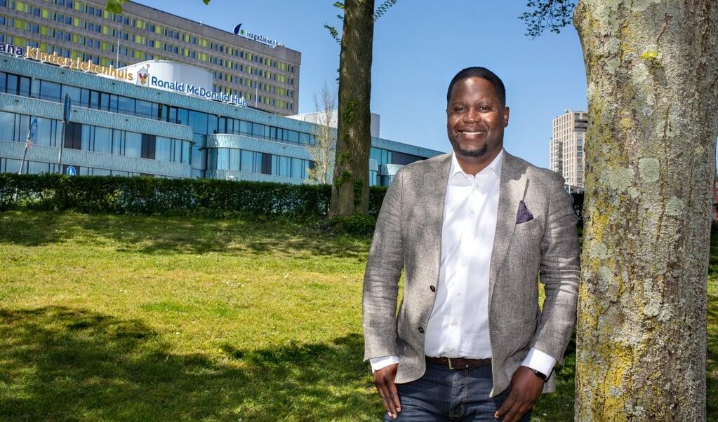 Gaetan Mbwete (33) is vastgoedinvesteerder en vastgoedadviseur voor migrantenkerkkoepel SKIN. Hij ervaarde de hand van God bij zijn genezing van COVID-19 toen hij in 2020 op de ic lag in het ziekenhuis waar hij 32 jaar eerder was geboren, het Hagaziekenhuis in Den Haag.  (beeld Dirk Hol)
