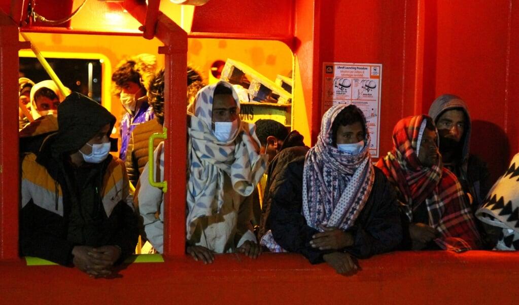 Een deel van de migranten wacht een aantal dagen nadat ze op zee waren opgepikt, op vertrek uit de haven van Lampedusa.  (beeld afp / Mauro Seminara)