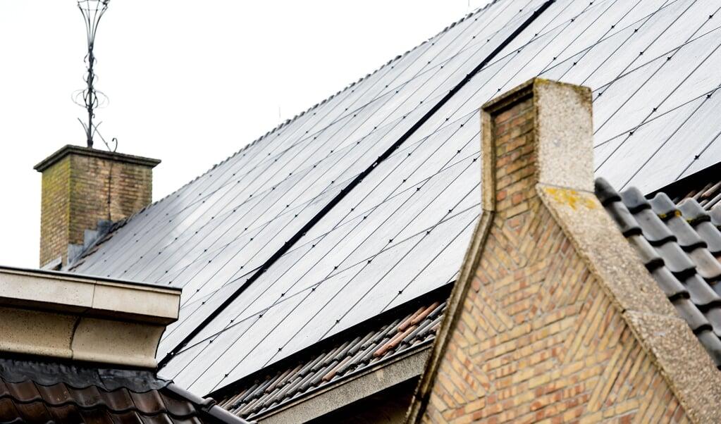 Zonnepanelen op het dak van een kerk.  (beeld anp / Koen van Weel)