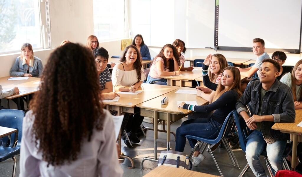 'Een docent moet in de gelegenheid zijn ieder kind voldoende aandacht te geven. Met een groepsgrootte van 25 tot soms zelfs 32 leerlingen wordt dat een lastige opgave.'  (beeld iStock)