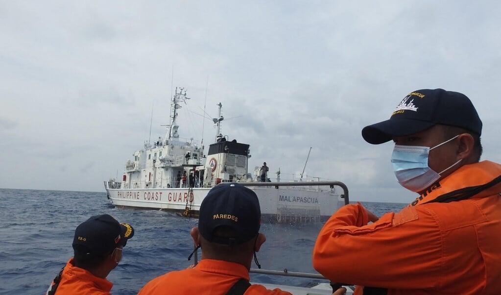 De Filipijnse kustwacht oefent in de omgeving van het eiland Thitu in de Zuid-Chinese Zee. China probeert deze wateren steeds meer toe te eigenen.  (beeld afp)