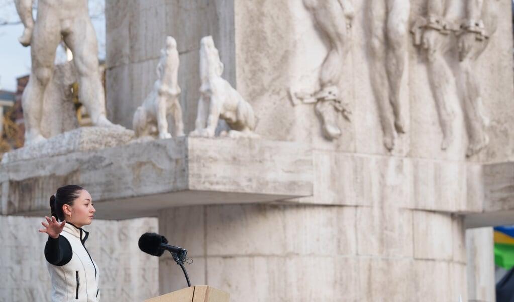 Amara van der Elst tijdens haar spoken word-voordracht op de Dam. 'Ik leerde half en half maken heel mooi.'  (beeld anp / Martijn Beekman)