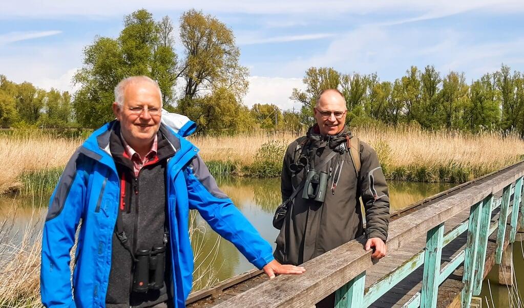 Dick de Vos (l.) en Jaap Dekker bij de Oostvaardersplassen.  (beeld nd)