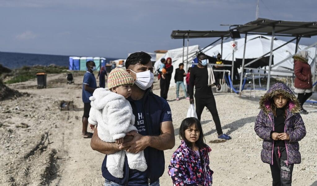 Een familie bekijkt kamp Mavrovouni, dat werd gebouwd na de Moriabrand.  (beeld afp / Aris Messinis)