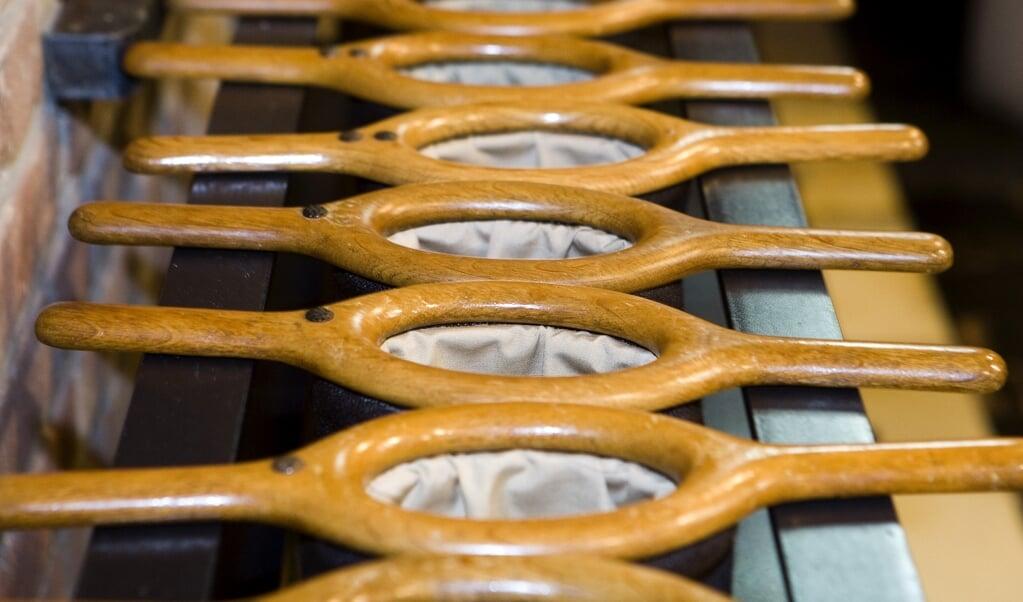 Collectezakken in de kerk van Bant, Flevoland. Misgelopen collecte-inkomsten weten kerken maar deels te compenseren met online donaties.  (beeld anp / Koen Suyk)
