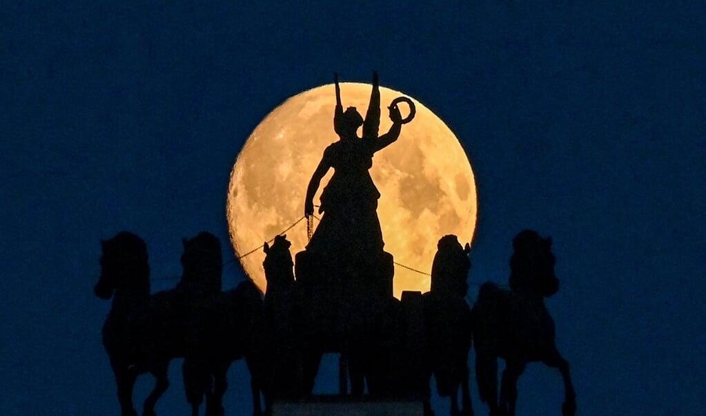 De maan verlicht het Russisch overwinningsbeeld aan de Koetoezovsky Avenue in Moskou. Napoleon liep hier in 1812 vast.  (beeld afp / Kirill Kudryavtsev)