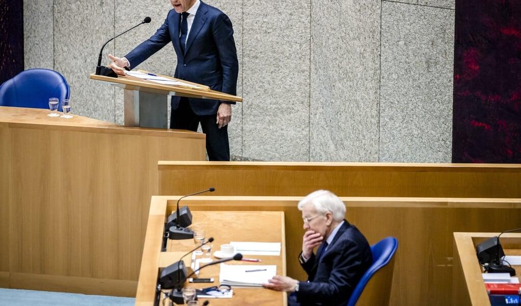 Mark Rutte (VVD) en informateur Herman Tjeenk Willink (PvdA) tijdens het debat in de Tweede Kamer over het eindverslag van de informateur.  (beeld anp / Remko de Waal)