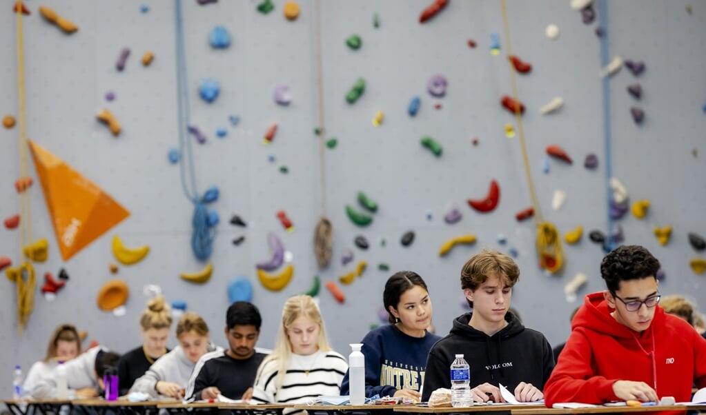 Leerlingen van Atheneum College Hageveld in Heemstede buigen zich over hun eindexamen wiskunde.   (beeld anp / Robin van Lonkhuijsen)