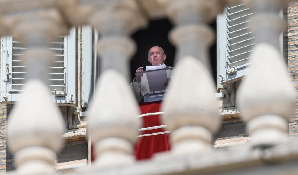 Paus Franciscus tijdens het zondagse Angelusgebed op 9 mei 2021.   (beeld afp / Vincenzo Pinto)
