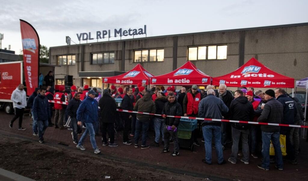 2018-11-02 07:21:56 HENDRIK-IDO-AMBACHT - Werknemers van metaalbedrijven rond Rotterdam schrijven zich bij de poorten van VDL RPI, in als staker. In de metaalsector wordt maandenlang actie gevoerd voor een nieuwe cao. ANP OLAF KRAAK  (beeld anp / Olaf Kraak)