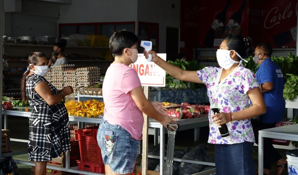 Gezondheidscheck op een markt in Paramaribo.  (beeld anp / Ranu Abhelakh)