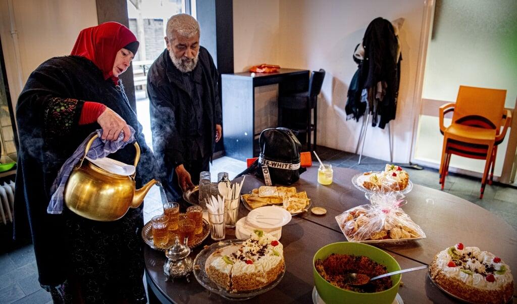 2020-05-24 11:07:28 ROTTERDAM - Moslims zijn bijeen in de moskee van Centrum Middenweg in Rotterdam voor het suikerfeest ontbijt tijdens het Suikerfeest na de islamitische vastenperiode Ramadan. Vanwege de coronaregels worden niet meer dan dertig mensen toegelaten, terwijl de meeste moskeeen helemaal dicht blijven om het risico op verspreiding van het coronavirus te beperken. ANP ROBIN UTRECHT  (beeld anp / Robin Utrecht)
