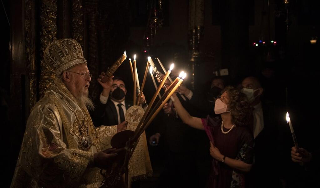 Oecumenisch patriarch Bartholomeüs I van Constantinopel viert de opstanding van Christus tijdens het Orthodoxe Paasfeest, in de nacht van zaterdag op zondag.   (beeld epa / Erdem Sahin)